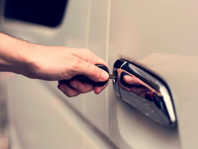 Мъжка ръка отключваща автомобил