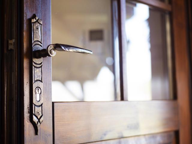 отключена и отворена входна врата