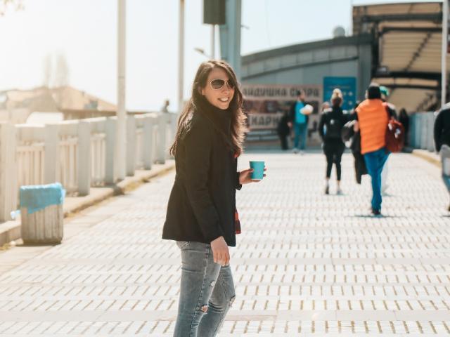 жена се разхожда в центъра на Пловдив